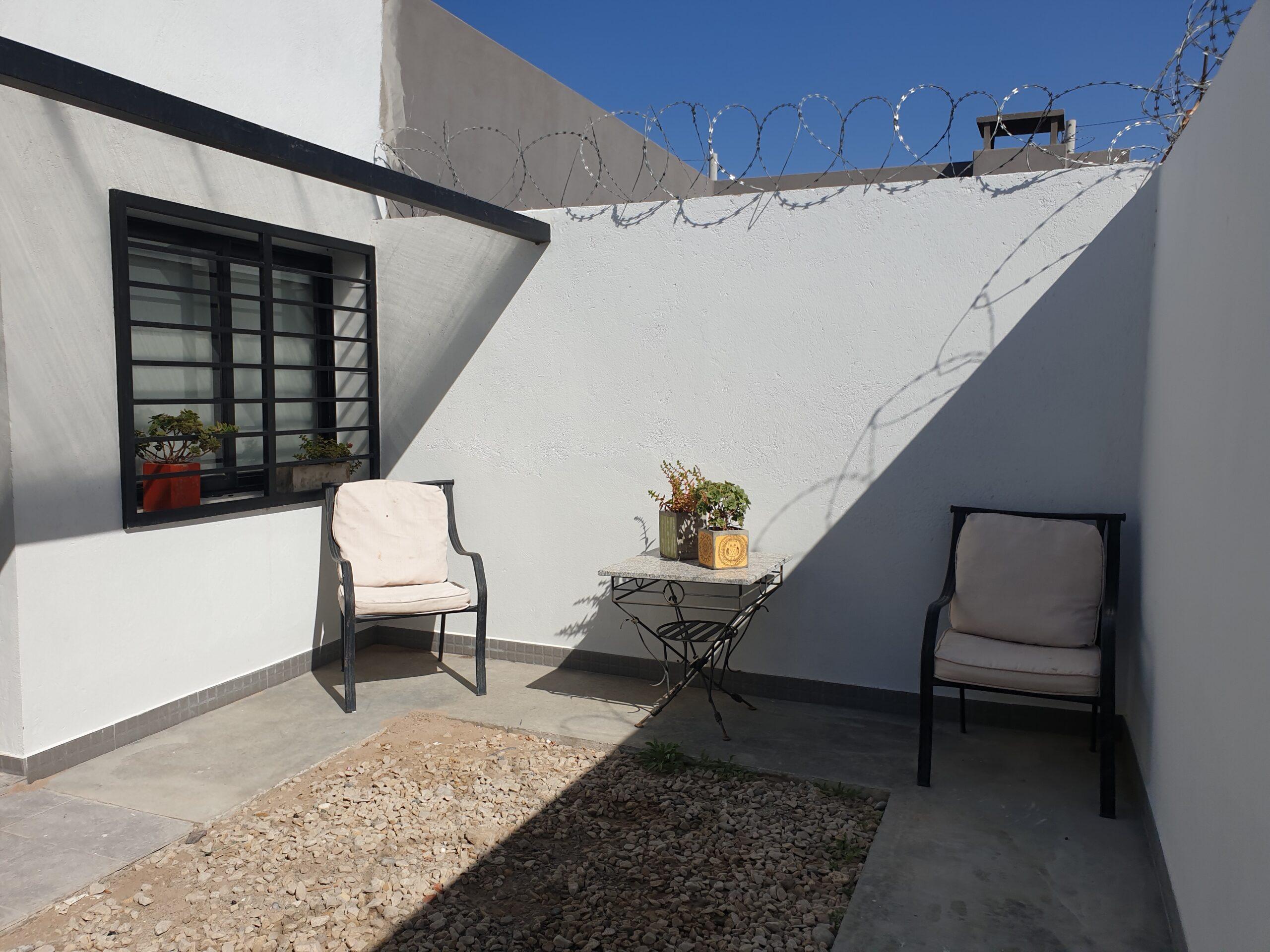 Departamento de 1 dormitorio planta baja con patio y 2 cocheras en venta, Barrio Mercantiles