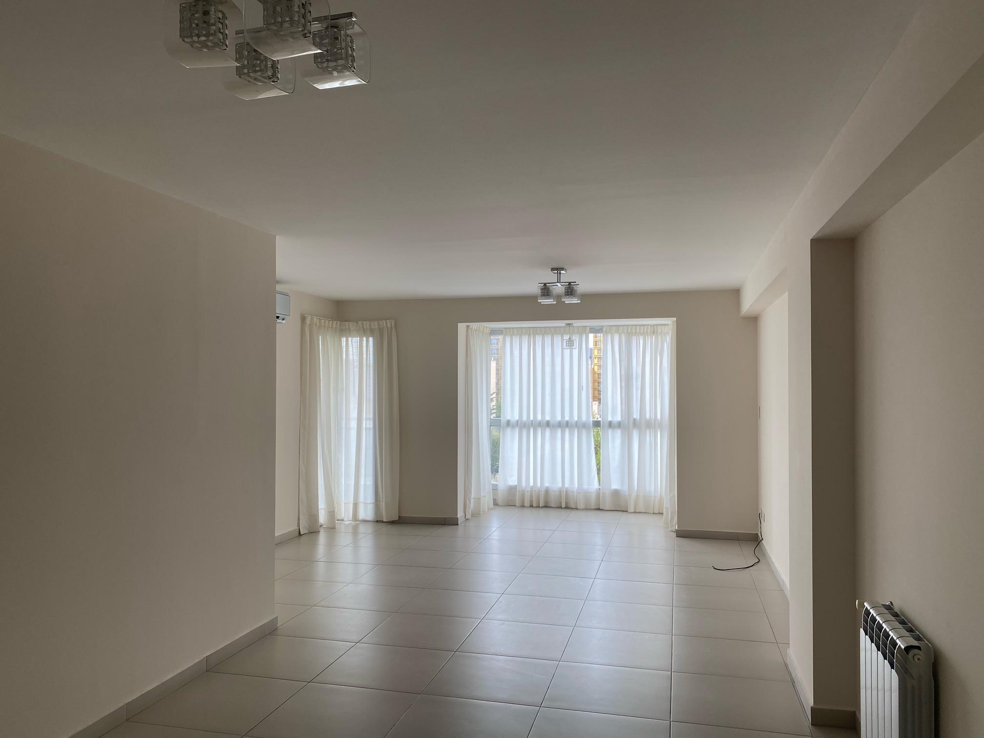 Semipiso de 3 dormitorios ejecutivo en alquiler, con cochera y baulera, Zona centro.-