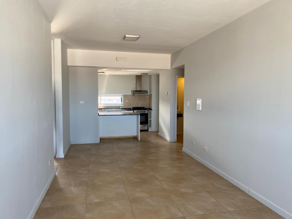 Departamento de 2 dormitorios con cochera y baulera, en alquiler Edificio Los Cardos